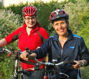Lisa Gnadl und Bettina Müller auf dem Rad