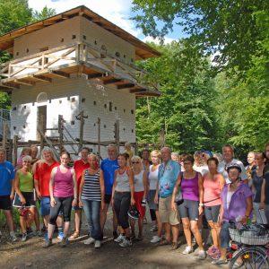 Radlergruppe vor dem Limeswachturm