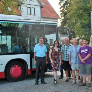 Lisa Gnadl, Carsten Krätschmer und Mitglieder der Glauburger SPD zusammen mit dem Besitzer des Modell- und Kulturbahnhofs Stockheim, Harald Steinke.