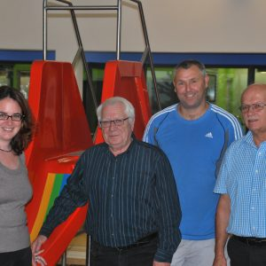 Auf dem Foto von links nach rechts: Lisa Gnadl, Bürgermeister Klaus Bechtold, Schwimmmeister Andreas Luft und Betriebsleiter Günther Thösen.