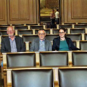 Jens-Peter Schwieger, Gerhard Merz und Lisa Gnadl im Saal der Hamburgischen Bürgerschaft