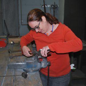 Lisa Gnadl bei Metallarbeiten