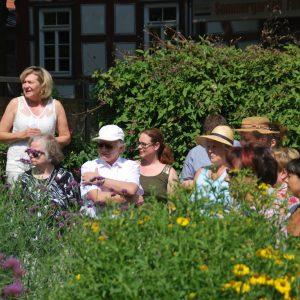Anette Schött erklärt im Garten Kölsch