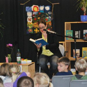 Lisa Gnadl beim Vorlesen