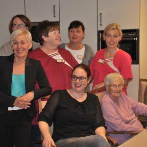 Gruppenbild: Lisa Gnadl, Bettina Müller, Susanne Simmler, sowie das Personal des Hauses Limeshain